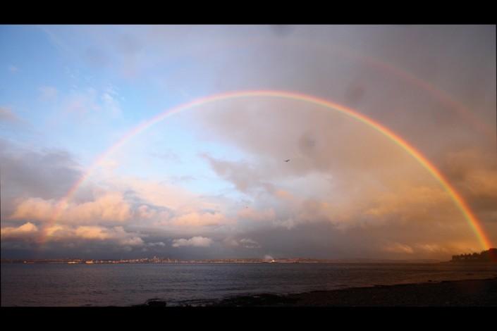 Der Regenbogen ist Gottes Zeichen für seinen Bund mit den Menschen. Er passt auf sie auf.